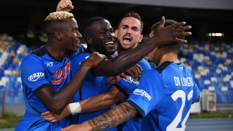 นาโปลีชนะยูเวนตุส 2-1 ในการแข่งขันศึกฟุตบอลกัลโช่ เซเรีย อา อิตาลี